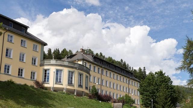 Il bajetg melen da l'Institut Autalpin a Ftan. Surora ina paraid da nivels da cumulus sper in tschiel blau.