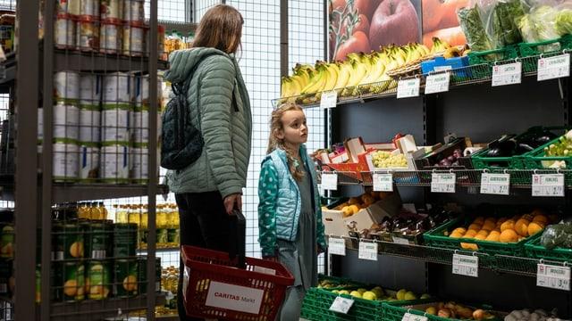 Eine Frau un ein Kind stehen in einem Einkaufsladen.