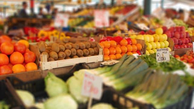 Gemüse- und Früchteauslage in einem Laden