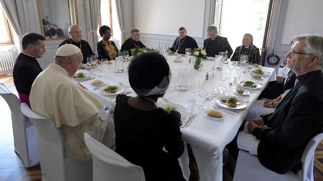Papst mit Personen am Mittagstisch.