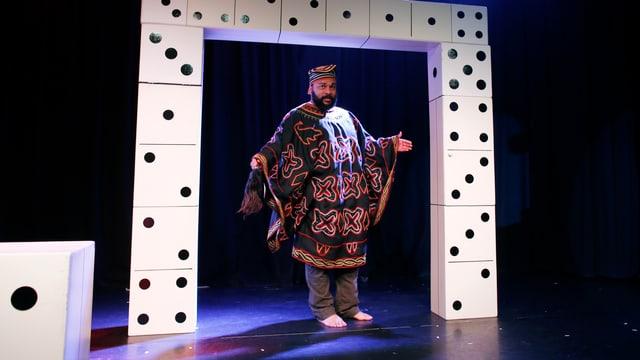 Umstrittener französischer Komiker Dieudonné auf der Bühne.
