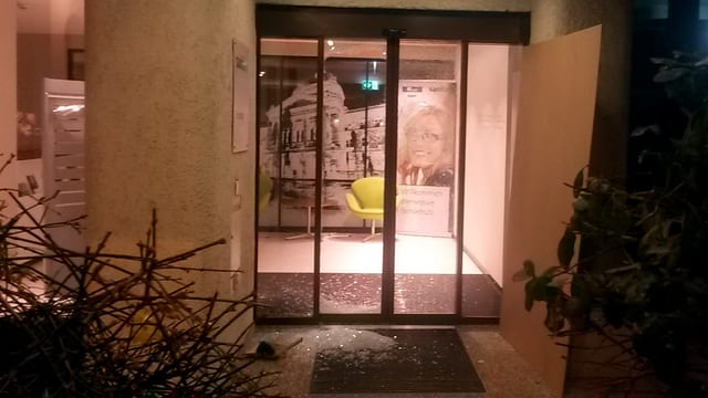 Zerstörte Glastüre, Scherben am Boden