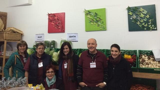 Gertrud Fitzi ed il team da gidanters al post da distribuziun a Tusaun.