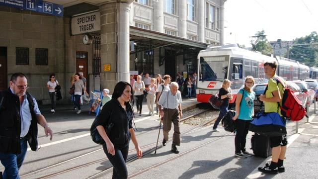 Zug mit Fahrgästen die ein- und aussteigen