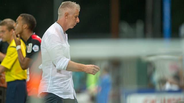 FC Aarau Trainer Livio Bordoli in weissem Hemd schreitet vom Platz