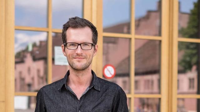 Porträtaufnahme von Tobias Brenk