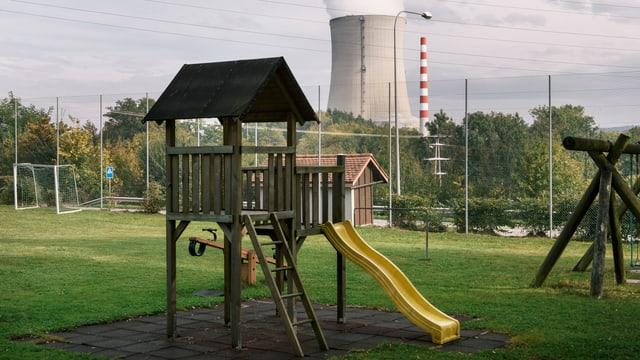 Das Atomkraftwerk Gösgen, im Vordergrund ein Kinderspielplatz