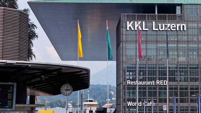 Das KKL Luzern, im Hintergrund sieht man den Vierwaldstättersee.
