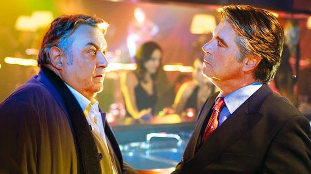 Zwei Männer sehen sich provokativ in die Augen.
