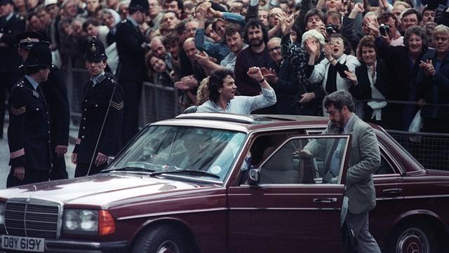 Mann wird in Menschenmenge bejubelt
