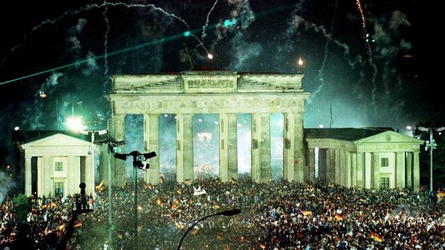 Menschenmassen am Brandenburger Tor und Feuerwerk