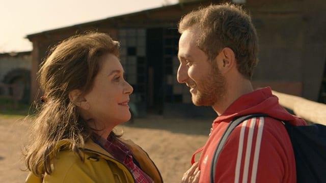Catherine Deneuve und Kacey Mottet Klein schauen sich an.