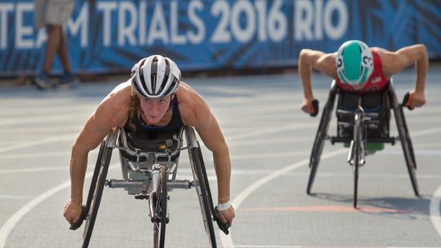 Athletinnen bei einem Rollstuhlrennen