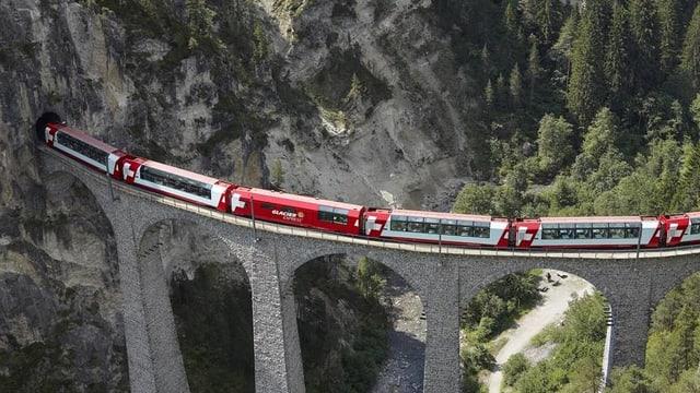 Glacier Express auf Brücke.