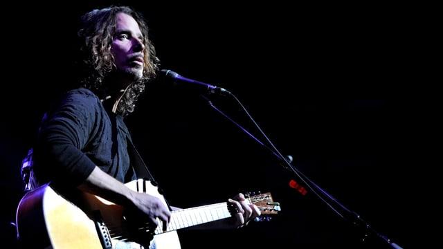 Cornell mit Gitarre auf einer Bühne