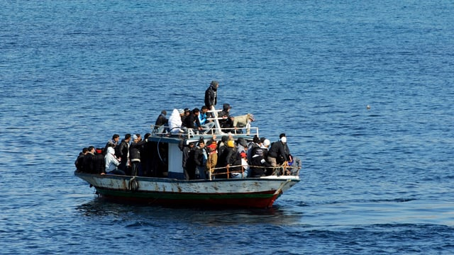 Ein Flüchtlingsboot auf dem Meer