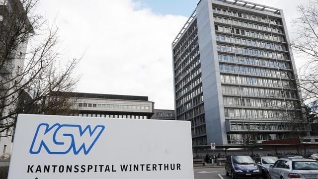 Hochhaus des Kantonsspital Winterthur vom Parklaplatz her fotografiert.