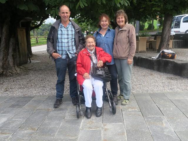 Gruppe von Leuten mit einer Frau im Rollstuhl.