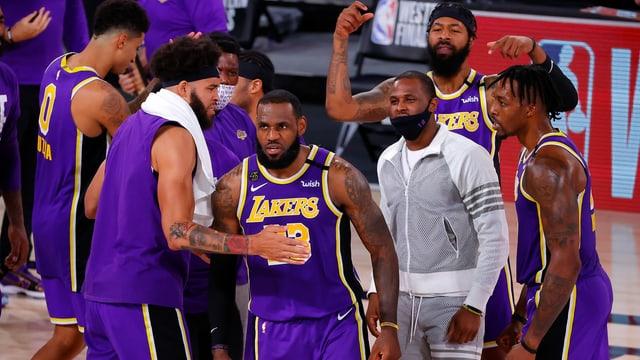Superstar LeBron James jubelt