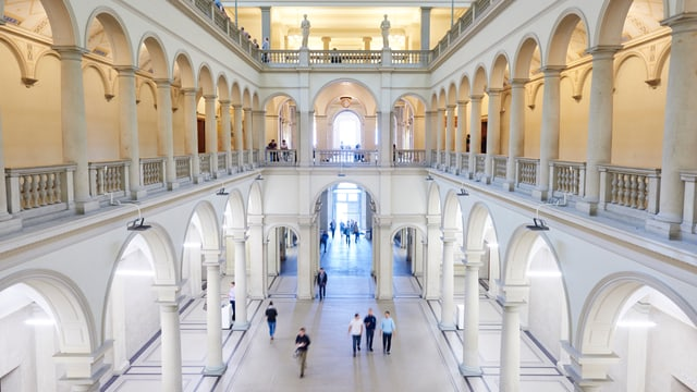 Blick in den Innenhof der ETH. Drei Stöcke, weisser Boden, Säulengänge.