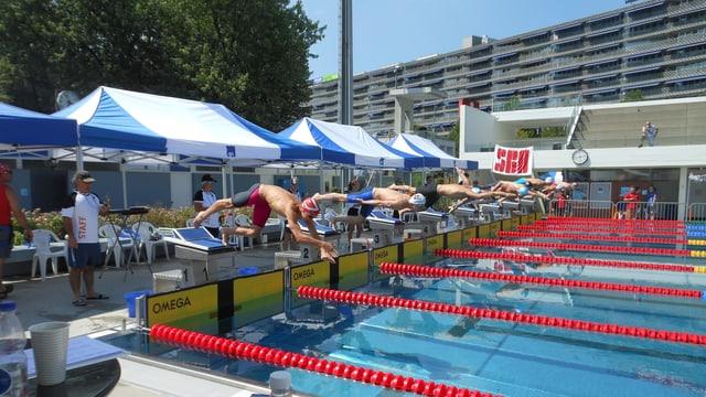 """Schwimmer in Badehosen starten vom """"Böckli"""" ins 50-Meter-Becken."""
