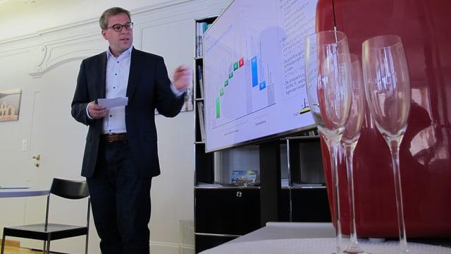 Der Schaffhauser Stadtrat Daniel Preisig bei der Präsentation der Rechnung 2015.