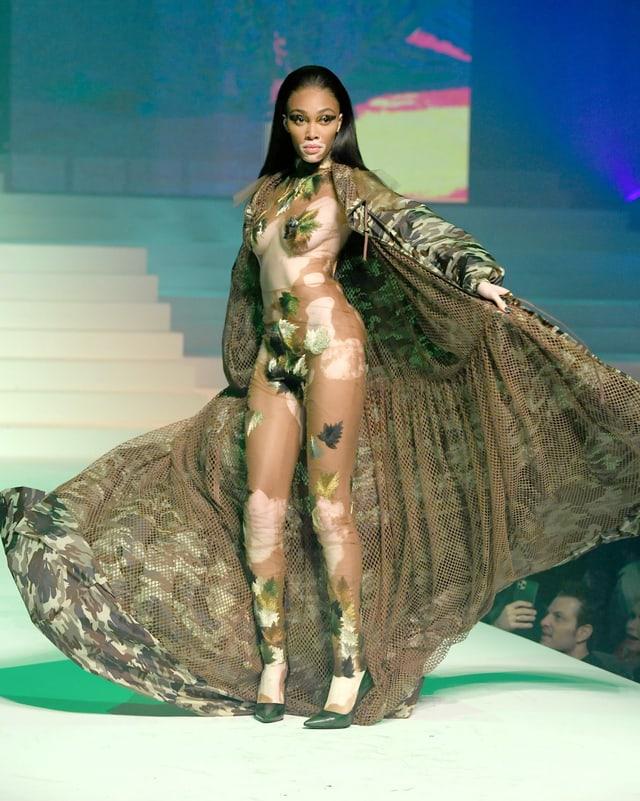 Ein Model mit Vitiligo halbnackt auf dem Laufsteg.