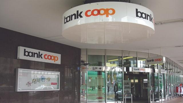 Logo Bank Coop über dem Eingang beim Haupsitz in Basel