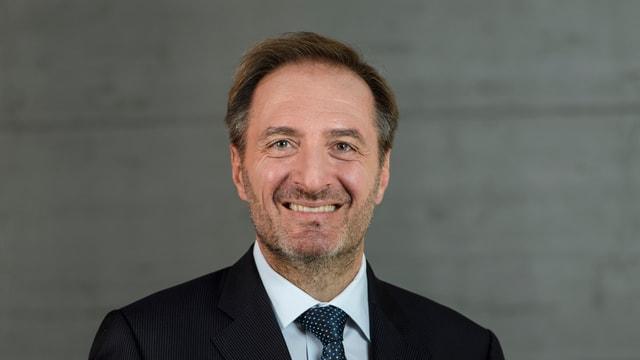 Porträtbild von Mauro Reina, Protokollchef im EDA. Er schaut in die Kamera.