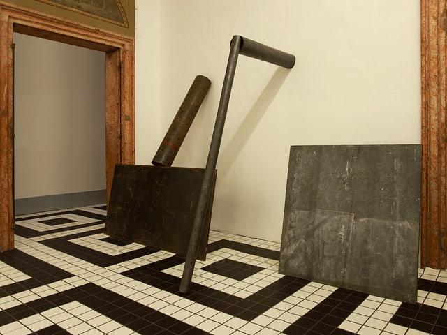 Installationen des Künstlers Richard Sierra auf schwarz und weiss gekacheltem Boden.