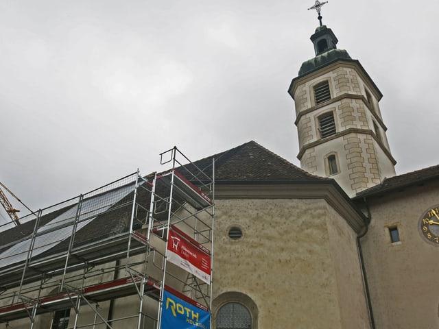 Eine Kirche mit Baugerüst