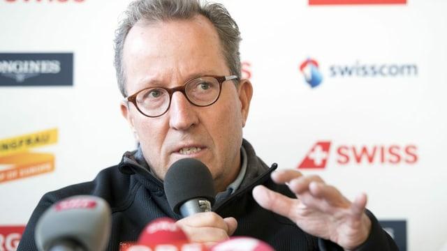 Urs Näpflin an einer Pressekonferenz