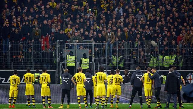 Die Dortmund-Spieler stehen nach der Niederlage in Frnkfurt vor den aufgebrachten Fans.