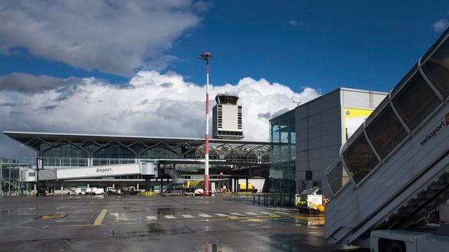 Das Flughafengebäude mit Tower