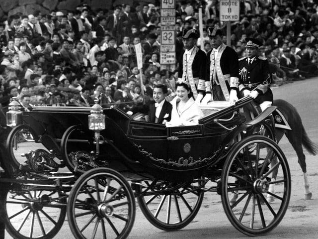 Akihito und Michiko in einer Kutsche nach der Hochzeit.