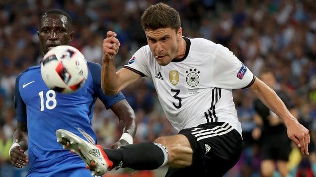Der deutsche Verteidiger Jonas Hector schiesst den Ball aufs Tor.