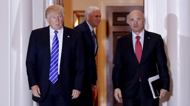 Donald trump e ses minister da lavur Andrew Puzder.
