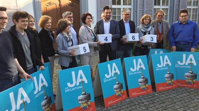 Parteipräsident Adil Koller und ParteikollegInnen bei der Übergabe