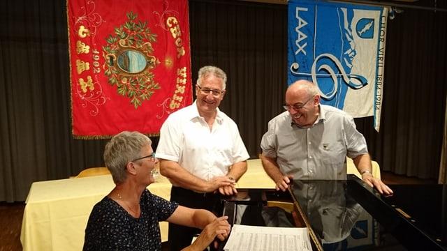 Lucrezia Bärtsch (presidenta da l'Uniun chantunala da chant), il dirigent Roland Capeder e Gion Darms. (da san.)