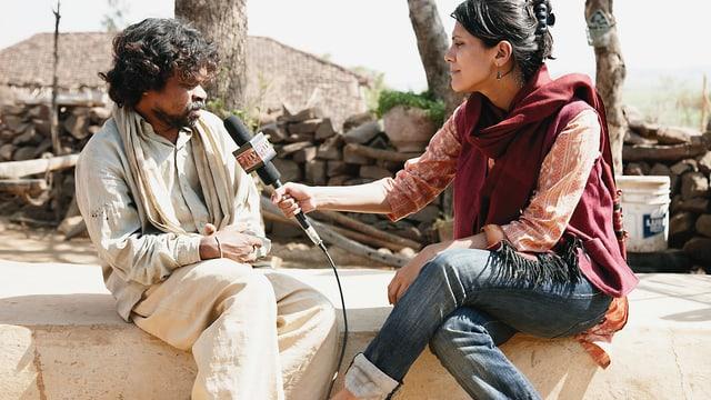 Eine indische Frau führt ein Interview mit einem indischen Mann.