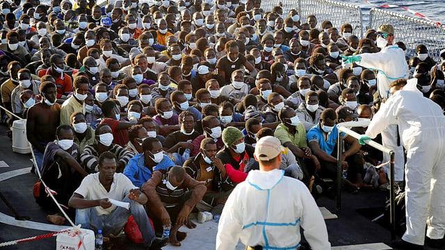 Helfer mit zahlreichen Bootsflüchtlingen