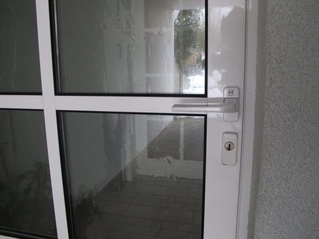 Nahaufnahme einer Glastüre.