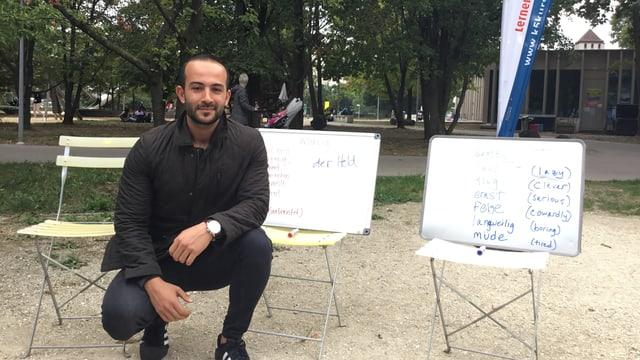 Ein Mann im Deutschkurs in einem Park