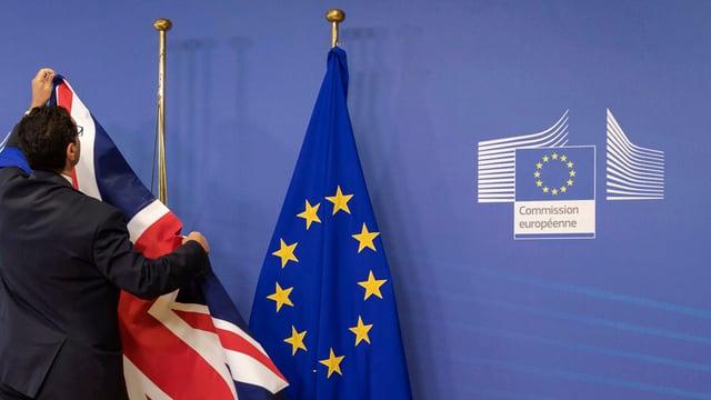 Um cun bandieras da GB ed UE.