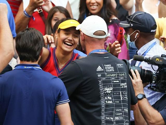 Emma Raducanu umarmt ihren Coach Andrew Richardson