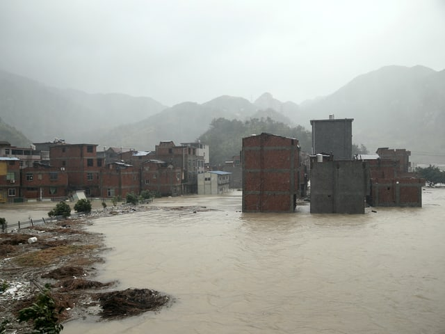 Häuser stehen im Wasser.
