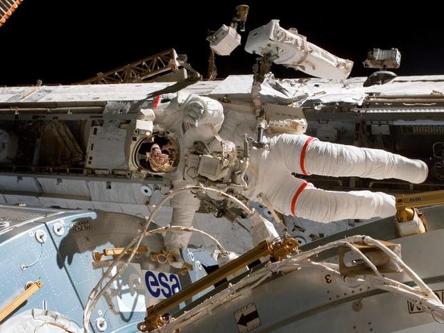 Astronaut der ESA fliet um sein Raumschiff