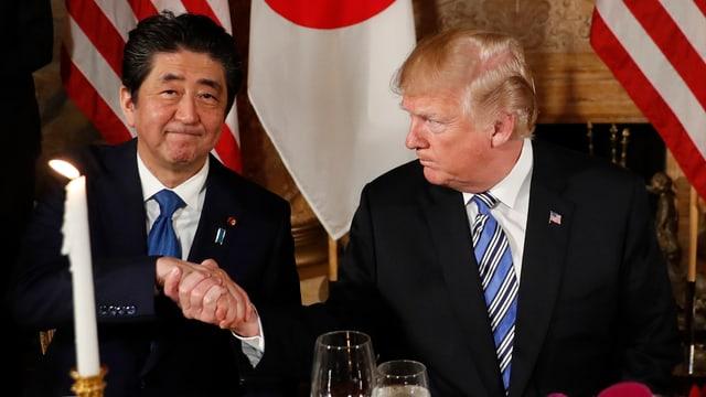 Shinzo Abe und Donald Trump schütteln sich die Hand