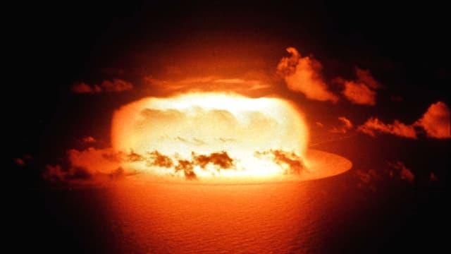 Atomexplosion über dem Meer.
