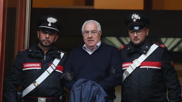 Polizisten verhaften Settimino Mineo.